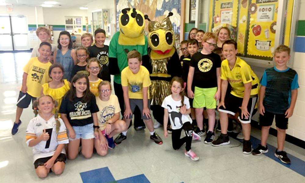 group photo of students with two people in Buzz mascot costumes